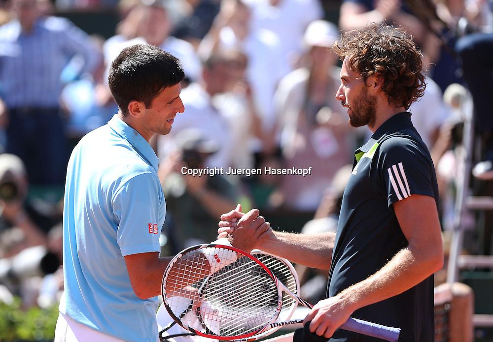 French Open 2014, Roland Garros,Paris,ITF Grand Slam Tennis Tournament, Herren Halbfinale,<br /> R-L. Ernests Gulbis (LAT) gratuliert dem Sieger Novak Djokovic (SRB) am Netz,Halbkoerper,Querformat,