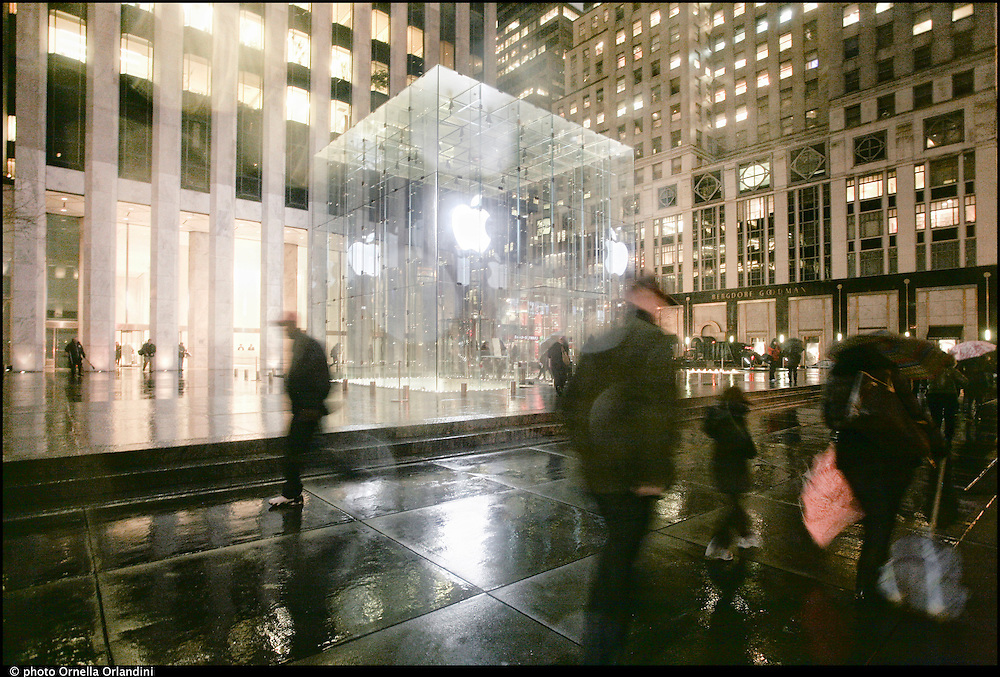New York city, fifth evenue. Apple store.