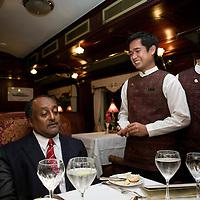 ORIENTAL EXPRESS, JUNE-16 :Prinz A mit dem Zugmanager waehrend des Dinners.