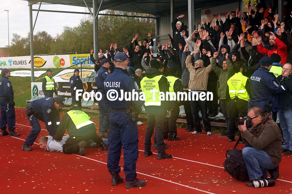 15.10.2011, Kauriala, HŠmeenlinna..Ykkšnen 2011, FC HŠmeenlinna - FC Lahti..FC Lahden fanit juhlivat nousua ja yrittŠvŠt kentŠlle poliisien ja jŠrjestysmiesten ohi..
