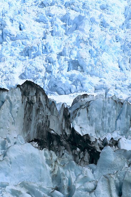 Le parc national de Los Glaciares a ete cree en 1937. Il occupe 600000 hectares et compte 356 glaciers . En 1981, il a ete declare Patrimoine Naturel de l'humanite par l?esco afin de preserver ses grandes masses de glace, temoignage de l?e quaternaire.  Le glacier UPSALA est le plus grand de la region avec 1600 Km2. mesure 60 Km de long et entre 14 et 20 km de large ! Sa profondeur est de 300m en certains endroits. Le glacier ?rotte la roche dans sa descente. Il en porte des morceaux colores qui salissent sa robe bleutee.  La glace est bleue, car elle provient du fond du glacier et a ete fortement compressee.