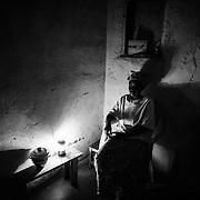 Philomène, une quinquagénaire de Bangui s'offre quelques minutes de réflexion avant d'aller se coucher, au soir du 11 décembre 2014, dans sa petite maison de 15 m2 qu'elle loue à une camerounaise dans la petite ville de Meiganga, au nord-est du Cameroun. A Bangui, elle était directrice d'école. Désormais, elle plante des légumes pour un propriétaire camerounais, de 5h du matin à 15h, pour 500 à 750 francs CFA par jour (environ un euro). Elle vit seule, dans le dénuement le plus complet. Son travail est éreintant et ne lui permet même pas de manger à sa faim. Aucune information ne lui parvient de son pays. Elle ne sait rien de la situation politique, elle n'a même aucune nouvelle de ses enfants. Philomène est désespérément seule. Pour autant, elle n'envisage pas une seule seconde d'aller vivre dans les camps au milieu des autres réfugiés, même si là-bas, elle pourrait bénéficier d'aide de la part des ONG.
