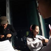 SEOUL, Oct. 25, 2006: ein Mitglied  einer Nordkoreanischen Popband betrachtet sich im Spiegel vor dem Aufnahmestudio in einem Fernsehsender. Die 5 Maedchen wurden von einem Manager im Trainingszentrum fuer Nordkoreanische Fluechtlinge in Seoul entdeckt. der Manager hofft nun, die Maedchen landesweit bekannt zu machen.