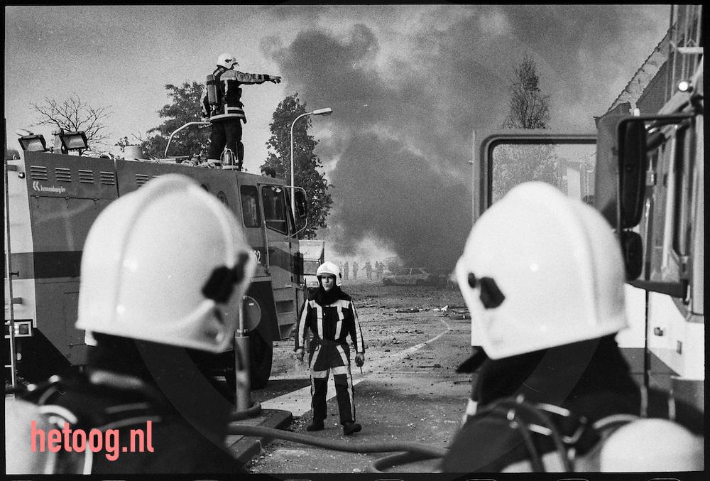 Netherlands, / Nederland, Enschede  13mei2000 may13th 2000 Vuurwerkramp Fireworksdisaster. - Op de middag van de dertiende mei 2000 vond een serie vernietigende  explosies plaats in een vuurwerkopslagplaats van het bedrijf SEFireworks aan de Tollensstraat in Enschede. De wijk werd later bekend als Roombeek. Bij de ramp kwamen volgens de instanties 23 mensen (inclusief vier brandweermannen) om het leven. De oorzaak van de ramp is niet eenduidig. Een hele wijk en een aangrenzend bedrijventerrein waar veel kunstenaars hun atelier hadden werd door de explosies en de daar op volgende brandvolledig verwoest.  / On the afternoon of may the 13th a series of explosions destroyed a warehouse with firewoks of the company SEFireworks in the town Enschede in the eastern part of the Netherlands. 23 people died including 4 firefighters. The cause of the disaster was never really cleared. A complete neighbourhood and dozens of workspaces for artists were  completely destroyd by the explosions and the fire afterwards.