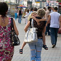 RUSSIA - Russland - MOSCOW, MOSKAU ; city centre, traffic, people; mother with sleeping boy...     © Christian Jungeblodt