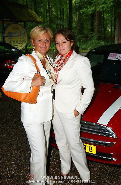 NLD/Vierhouten/20050530 - Society vrouwen rijden de BeauMonde Rally 2005, Caroline Tensen en dochter Lotte