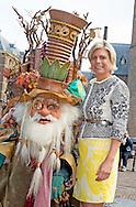 DEN HAAG -  met de Sprookjessprokkelaar, een fantasie karakter uit de Efteling, Prinses Laurentien is maandag bij de opening van de Week van de Alfabetisering. De aftrap voor de themaweek van de Stichting Lezen &amp; Schrijven is op het Binnenhof in Den Haag DEN HAAG &ndash; Prinses Laurentien heeft maandag de Week van de Alfabetisering geopend. De aftrap voor de themaweek van de Stichting Lezen &amp; Schrijven, waarvan Laurentien erevoorzitter is, vond plaats op het Binnenhof in Den Haag.<br />  Tijdens de lancering van de Week van de Alfabetisering werden de Nationale Alfabetiseringsprijzen uitgereikt. De Kraamvogel won in de categorie Agendering, het project Kijk en Lees was de winnaar in de categorie Preventie en Taal en ouderenbetrokkenheid ging in de categorie Taalscholing naar huis met de prijs. Ze wonnen ieder een bedrag van 2500 euro.<br />  De Week van de Alfabetisering vindt elk jaar plaats rond 8 september, Wereldalfabetiseringsdag. Tijdens de Week van de Alfabetisering, die dit jaar loop tot 13 september, zijn er duizenden activiteiten in Nederland die de aandacht vestigen op laaggeletterdheid.COPYRIGHT ROBIN URECHT<br /> THE HAGUE - Princess Laurentien is Monday at the opening of the Literacy Week. The kick-off for the theme week of the Reading and Writing Foundation is at the Binnenhof in The Hague COPYRIGHT ROBIN Urecht