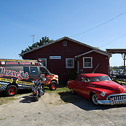 Rescue Ink, Long Island, New York, taettowierte Motoradgang, Verein zur Rettung mishandelter Hunde und anderer Tierarten.Das Vereinshaus in Long Island.Rescue Ink, the animal rescue group that brings an in your face approach to the fight against animal abuse and neglect. The goups members are heavily tattooed and ride motorbikes. Their pitbull 'Rebel', who lives at their headquarters, was rescued from a dog fighting operation, where he was used as bait. He was near death when two members of Rescue Ink flew to Virginia to save him...Foto © Stefan Falke.