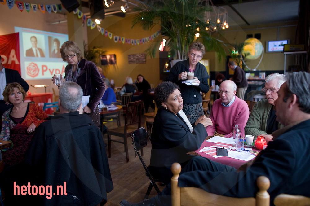 """HannaH Belliot tijdens de pause van het PvdA lijsttrekkersdebat voor het europeesparlement in """"Media Art Cafe Berlijn"""" in Enschede d.d. 30-11-2008..Marijke van hees (staand  links) leide de discussie. Aanwezig de vier kandidaten voor de functie van lijsttrekker: Hanna Belliot,Thijs Berman, Kris Douma en Jack Monasch..Verder aanwezig een aantal pvda-ers uit de lokale politiek en bar weinig geinteresserde burgers."""