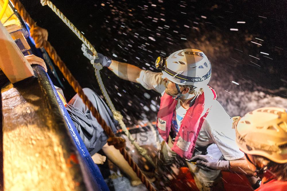 Der Ribfahrer Nicolas Jankowski hilft am 22.09.2016 einem Fluechtling von dem Fluechtlingsrettungsboot Sea-Watch 2 in internationalen Gewaessern vor der libyschen Kueste auf RIB (Schlauchboot) zu steigen. Die 119 aus Seenot geretteten Fluechtlinge werden an das Schiff &quot;Dignity&quot; der Organisation &Auml;rzte ohne Grenzen uebergeben die sie nach Italien bringen. Foto: Markus Heine / heineimaging<br /> <br /> ------------------------------<br /> <br /> Veroeffentlichung nur mit Fotografennennung, sowie gegen Honorar und Belegexemplar.<br /> <br /> Publication only with photographers nomination and against payment and specimen copy.<br /> <br /> Bankverbindung:<br /> IBAN: DE65660908000004437497<br /> BIC CODE: GENODE61BBB<br /> Badische Beamten Bank Karlsruhe<br /> <br /> USt-IdNr: DE291853306<br /> <br /> Please note:<br /> All rights reserved! Don't publish without copyright!<br /> <br /> Stand: 09.2016<br /> <br /> ------------------------------