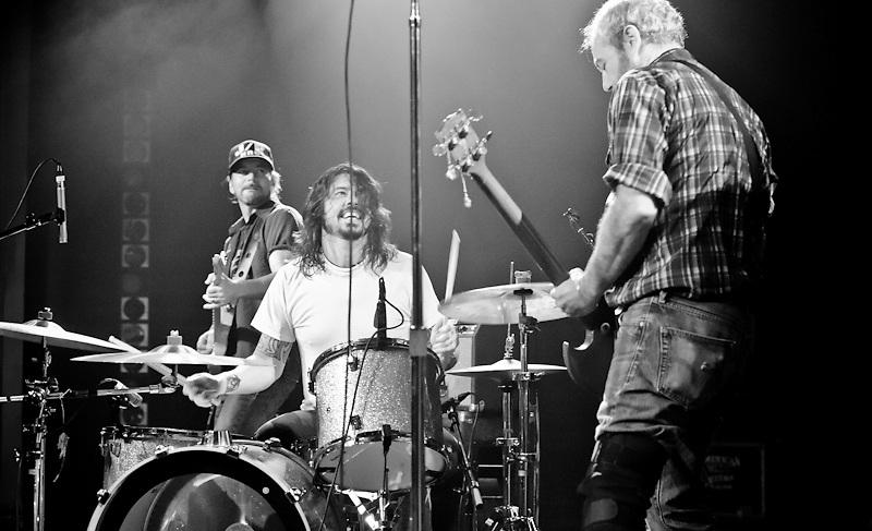 Eddie Vedder  Dave Grohl and Mike Watt   Triple DoorEddie Vedder Dave Grohl
