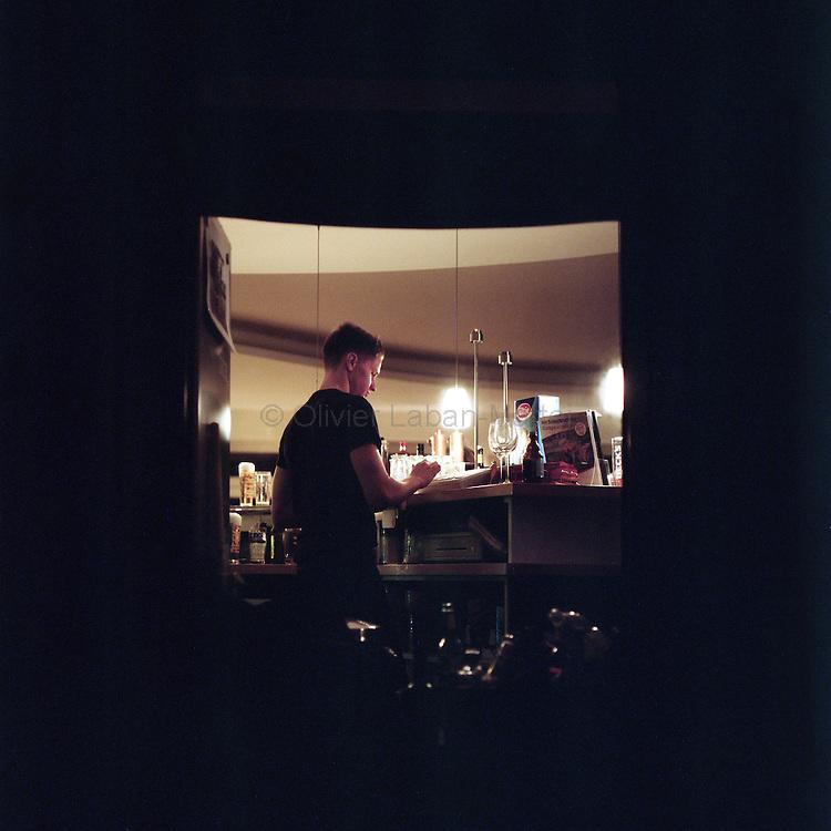 Le 22 octobre 2011, frontière Allemagne / Belgique, près d'Aix La Chapelle, RN 68. Un serveur fait ses comptes à la fin de la soirée dans l'ancien poste frontière allemand de Köpfchen transformé en bar et salle culturelle.