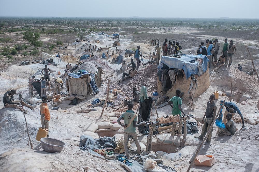 Minatori alla miniera d'oro artigianale di Nobsin in Burkina Faso il 13 Maggio 2014.
