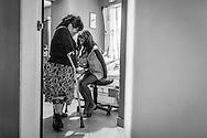 La psicólogo clínico, Carolina Mora (i) permanece junto a su hija, María Alejandra de 9 años, en su apartamento. Caracas, 13 de junio de 2014. (Foto/Ivan Gonzalez)