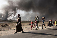 Iraq, Qarayya: Civilians fleeing by ISIS arrive at the Qayyara checkpoint.<br />