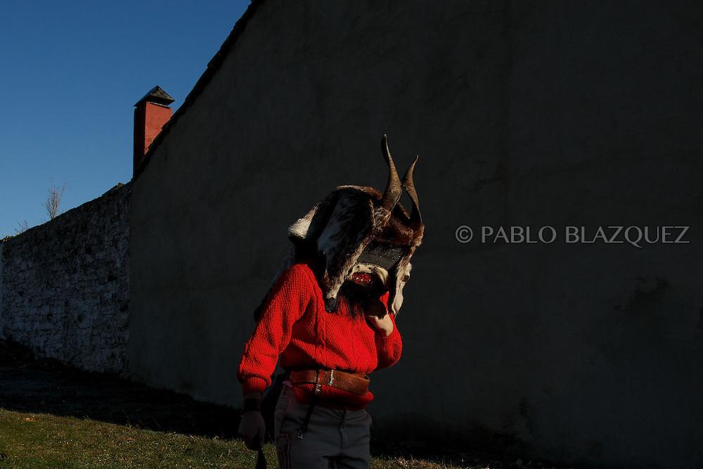 A man dressed as El Diablo (the devil) walk the streets during La Filandorra festival on December 26, 2016 in the small village Ferreras de Arriba, Zamora province, Spain.  La Filandorra festival is a pagan winter masquerade that takes place during Saint Esteban festivities. The parade is represented by four characters, La Filandorra, El Diablo (Devil), La Madama (madame) y El Galán (Gallant). (© Pablo Blazquez)