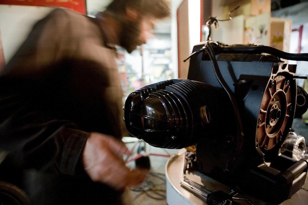 Reportage Making OFF de la r&eacute;alisation d'un film pour les assurances La Parisienne.<br /> Film visible &agrave; ce lien : http://www.la-parisienne-moto.fr/Home/Start/Home