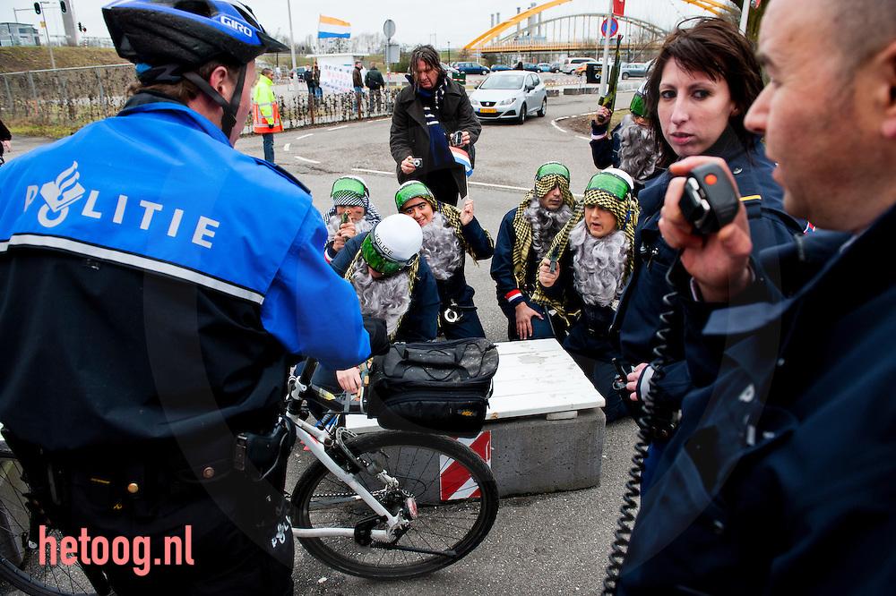 nederland, utrecht groenlinks congres 05feb2011Ludieke actie - Actievoerders voorafgaand aan  het groenlinkscongres die tegen de politiemissie naar afghanistan zijn.