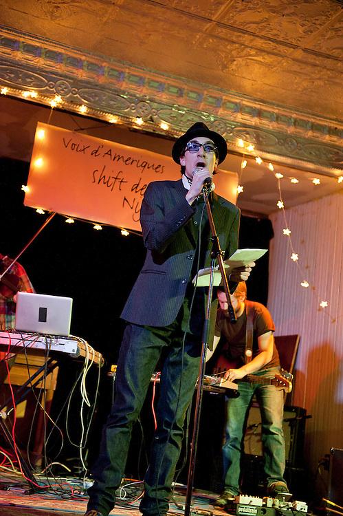 Shift de nuit: Micro ouvert animé par Pascal-Angelo Fioramore. Accompagnement musical: Guido Del Fabbro et Philippe Brault à la Casa del Popolo, Montréal, Québec.