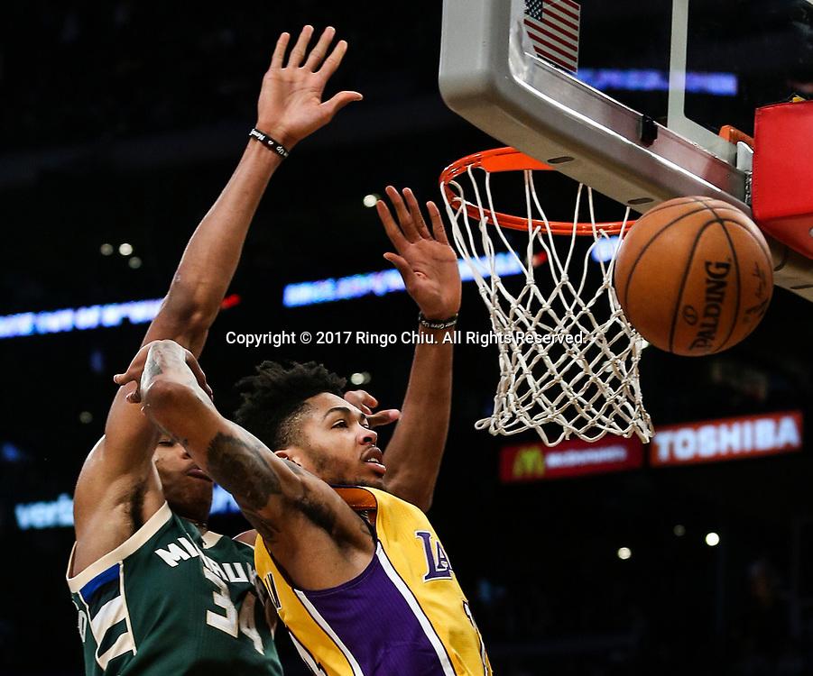 3月17日,洛杉矶湖人队球员布兰登&middot;英格拉姆 (右)与密尔沃基雄鹿队球员扬尼斯-阿德托昆博在比賽中争抢篮板球。 当日,在2016-2017赛季NBA常规赛中,洛杉矶湖人队主场以103比107不敌密尔沃基雄鹿队。 新华社发 (赵汉荣摄)<br /> Milwaukee Bucks forward Giannis Antetokounmpo (#34) and Los Angeles Lakers forward Brandon Ingram (#14) battle for a rebound during an NBA basketball game, Friday, March 17, 2017.(Photo by Ringo Chiu/PHOTOFORMULA.com)<br /> <br /> Usage Notes: This content is intended for editorial use only. For other uses, additional clearances may be required.
