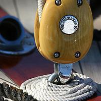 Détails de bateaux classiques. Poulie d'Hasvornen WINCH, PULLEY, DECK, TECK : THE ART OF CLASSIC YACHTS- VOILIERS CLASSIQUE : DETAILS