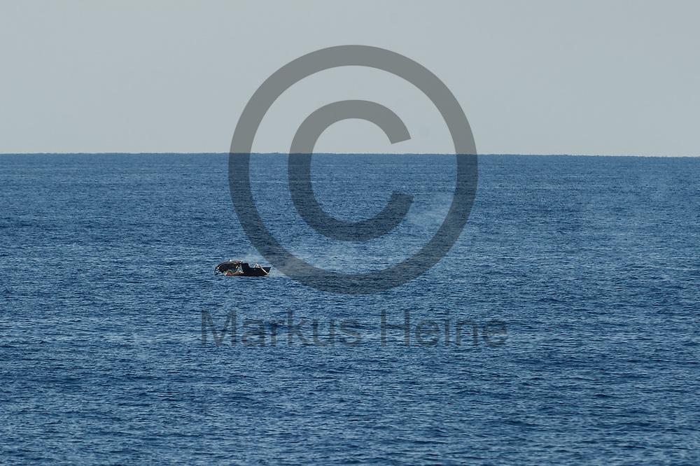 Ein ausgebranntes Fluechtlingsboot treibt am 22.09.2016 in internationalen Gewaessern vor der libyschen Kueste.  Die Marine verbrennt die evakuierten Boote damit diese keine Gefahr mehr fuer die Schifffahrt darstellen. Foto: Markus Heine / heineimaging<br /> <br /> ------------------------------<br /> <br /> Veroeffentlichung nur mit Fotografennennung, sowie gegen Honorar und Belegexemplar.<br /> <br /> Publication only with photographers nomination and against payment and specimen copy.<br /> <br /> Bankverbindung:<br /> IBAN: DE65660908000004437497<br /> BIC CODE: GENODE61BBB<br /> Badische Beamten Bank Karlsruhe<br /> <br /> USt-IdNr: DE291853306<br /> <br /> Please note:<br /> All rights reserved! Don't publish without copyright!<br /> <br /> Stand: 09.2016<br /> <br /> ------------------------------