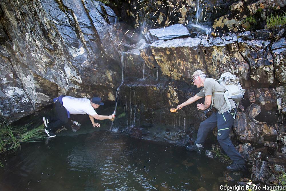 En blir tørst av å gå og klatre i fjellet, men heldigvis fantes vann.