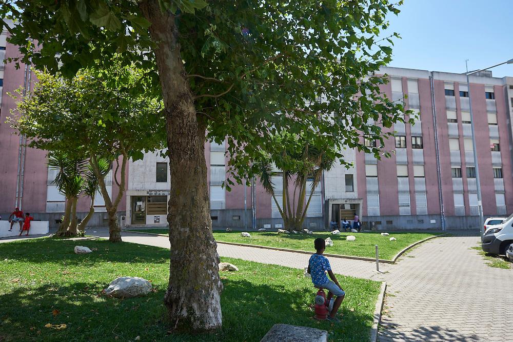 Queluz, 11/08/2016 - Ambiente junto ao pr&eacute;dio num bairro social em Pend&atilde;o, Queluz.<br /> Local onde durante a manh&atilde; um adolescente deu uma queda fatal para as traseiras do bloco de apartamentos.<br /> (Paulo Alexandrino / Global Imagens)