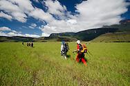 """AUYANTEPUY, VENEZUELA. Excursionistas en el valle Uruyen, El Auyantepuy es el mayor de los tepuis del Parque Nacional Canaima. En sus 700 kms2 alberga el salto angel o conocido por lengua indígena Pemon como """"Kerepacupai Vena; es la caída de agua más grande del mundo con sus 979 metros de altura. (Ramon lepage /Orinoquiaphoto/LatinContent/Getty Images)"""