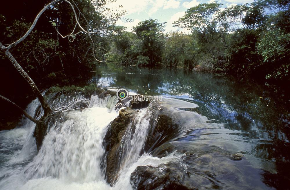Bonito, Mato Grosso do Sul, Brasil..Pequena cachoeira no rio Formoso. Belezas naturais do Pantanal Matogrosense. Polo do ecoturismo em nivel mundial, suas principais atracoes sao as belissimas paisagens naturais. As aguas ricas em minerais (bicarbonato de calcio e bicarbonato de magnesio), provenientes do calcario, sendo uma rocha abundante na regiao, resultam em aguas transparentes./ Waterfall. Pole of the ecotourism, Bonito has beautiful natural landscapes and transparent water in its rivers, as a result of calcareous rock, common in the region..Foto ©Hans Georg/Argosfoto