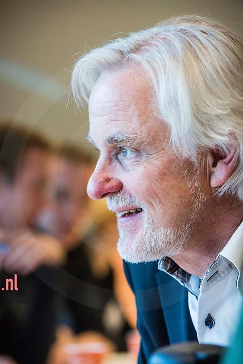 Algemeen directeur Albert van Winden (59) is met onmiddellijke ingang (18mrt2014) weg bij afvalinzamelaar Twente Milieu in Enschede, een samenwerkingsverband van zeven gemeenten. <br /> Van Winden hier in betere tijden, tijdens speeddates met werkzoekenden i.h.k.v. de 'jeugdopzoek 'campagne bustour in okt 2013