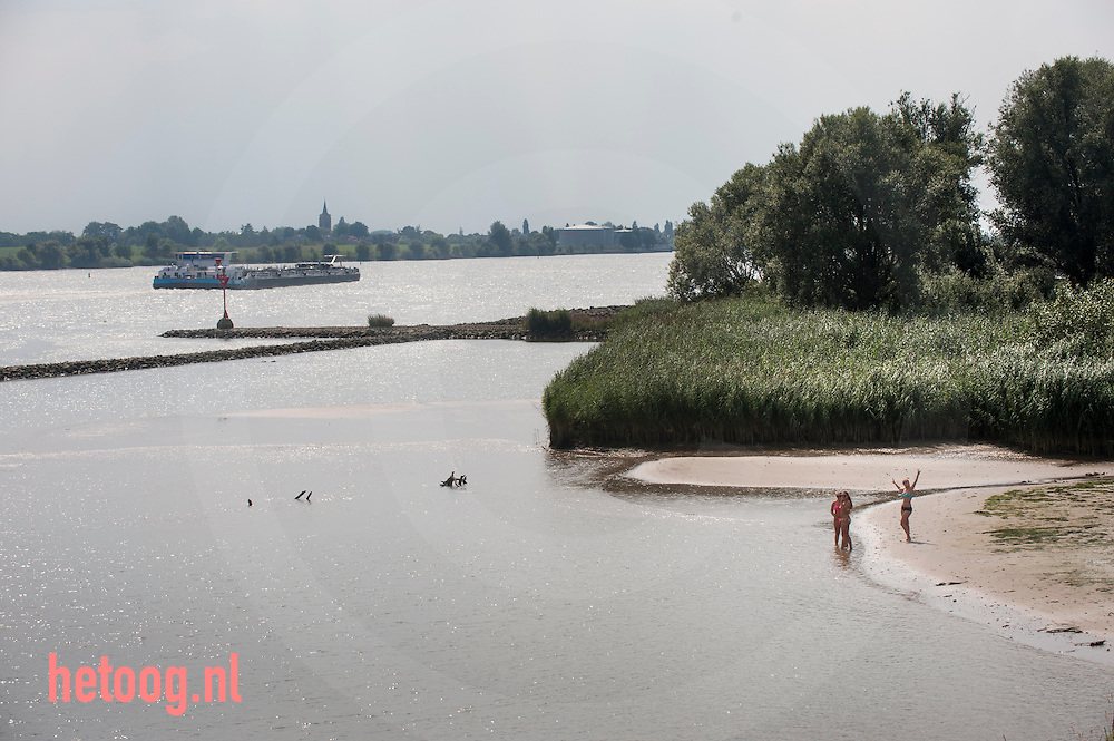 The Netherlands, Nederland 19aug2015 Lekdijk west, schoonhoven krimpenerwaard. Zwemmen in de Lek