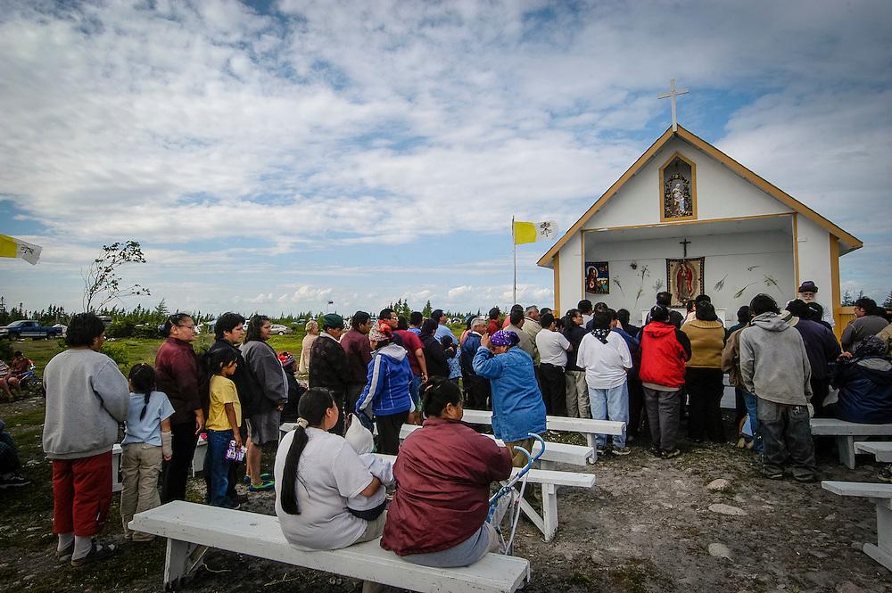 Fête de la Sainre-Anne au mont Saint-Anne à Nutashkuan (aussi appelée Natashquan). Cette réserve indienne innue est située au Québec, dans la région de la Côte-Nord. Bien que située en Minganie.