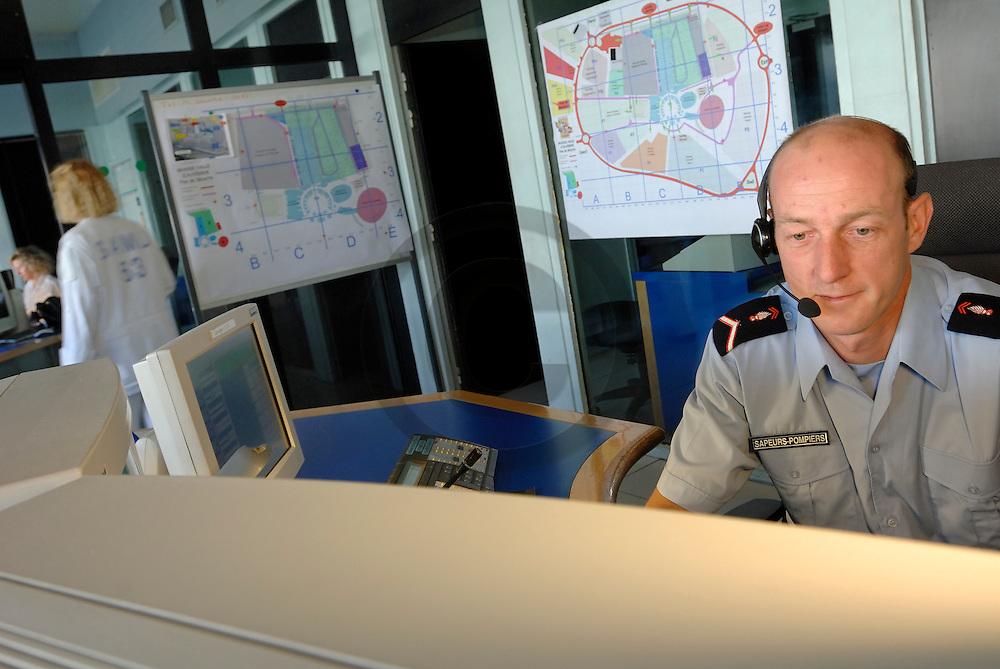 30/03/05 - CLERMONT FERRAND - PUY DE DOME - FRANCE - Salle de commandement UTA1 CODIS 63. Unite de traitement des alertes et centre de coordination entre les pompiers et le SAMU - Photo Jerome CHABANNE