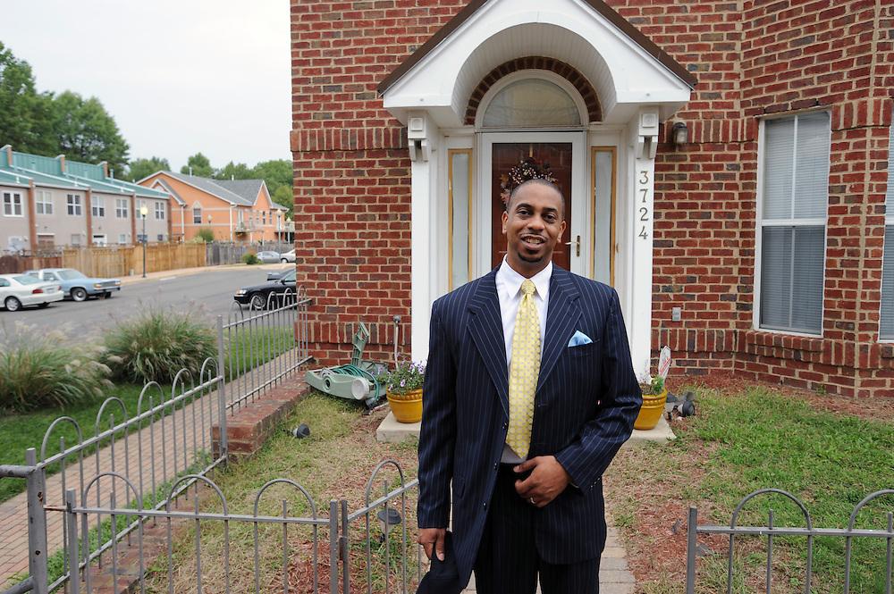 Rechtsanwalt und Demokrat Mustafa Dozier vor seinem Haus  im Wahlbezirk 100, Washington DC..© Stefan Falke