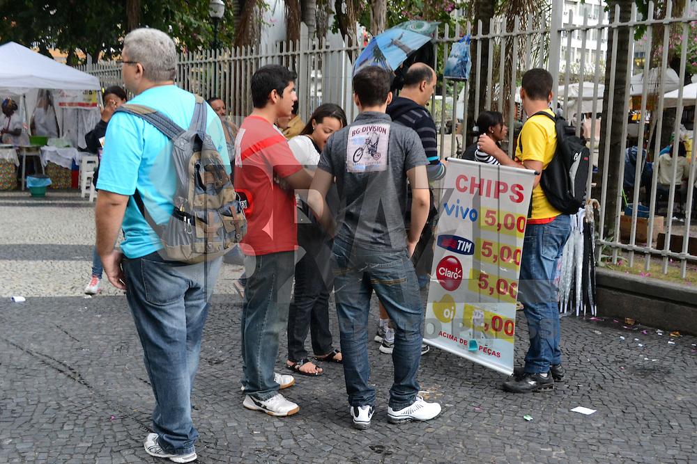 RIO DE JANEIRO, RJ, 18 JULHO 2012 - VENDA DE CHIPS SUSPENSA - Ambulante e visto vendendo chips de operadoras de celular na tarde, desta quarta-feira, na regiao central do Rio de Janeiro. A Anatel decidiu suspender a partir desta quarta-feira a venda de chips de três das maiores operadoras de telefonia móvel do país: TIM, Oi e Claro. (FOTO: MARCELO FONSECA / BRAZIL PHOTO PRESS).