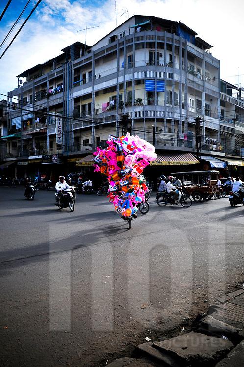 Street vendor at a crossroad in Phnom Penh, Cambodia, Southeast Asia
