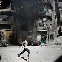 SYRIA, ALEPPO : A civilian escapes from mortar shelling in Aleppo, on September 26, 2012. ALESSIO ROMENZI