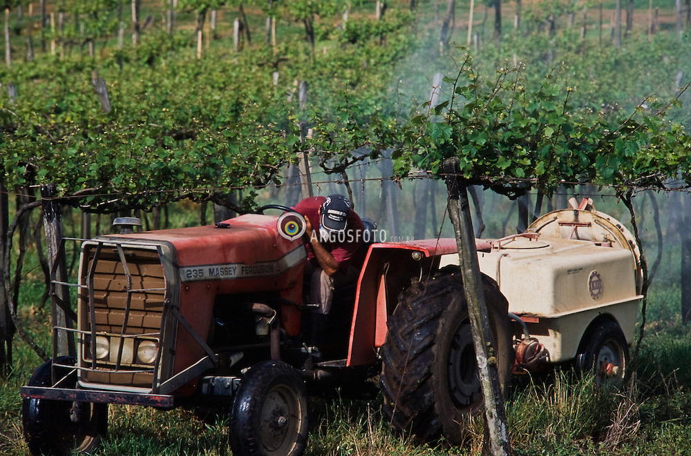 Usage of tractors for agriculture / Uso de trator na agricultura