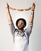 Eigentlich ist Mariano Taboada ausgebildeter<br /> Masseur. Aber seit der 33-J&auml;hrige vor fünf<br /> Jahren nach Deutschland ausgewandert ist,<br /> arbeitet er in einer Bar. Und er betreibt einen<br /> argentinischen Cateringservice. Gemeinsam<br /> mit seinem Freund Ernesto Camarillo (siehe<br /> Seite 64) verkauft er au&szlig;erdem argentinische<br /> So&szlig;en und mexikanische Salsas über<br /> die Website camarillosalsas.com. Dort kann<br /> man auch Chimichurri-So&szlig;en bestellen &ndash;<br /> unterschiedliche Kr&auml;utermarinaden, die traditionell<br /> zu Fleisch und Wurst gegessen werden.<br /> &bdquo;In Argentinien essen wir richtig viel<br /> Fleisch&ldquo;, erz&auml;hlt Mariano. &bdquo;Jeden Tag.&ldquo; Der<br /> Chorip&aacute;n, verfeinert mit einem Chimichurri,<br /> ist dort ein echtes Stra&szlig;enessen. &bdquo;Das geh&ouml;rt<br /> zu uns wie Mate-Tee.&ldquo; Dabei gibt es die<br /> Würste in Argentinien in vielen Varianten:<br /> Mit Schwein und Rind, mal mild, mal scharf<br /> mit Aj&iacute; molido (gemahlenem lateinamerikanischem<br /> Chili) oder mit Cumin gewürzt.
