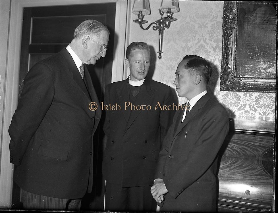 President Eamon de Valera recieves Ford Fellowship students at &Aacute;ras an Uachtarian.<br /> 25.08.1961