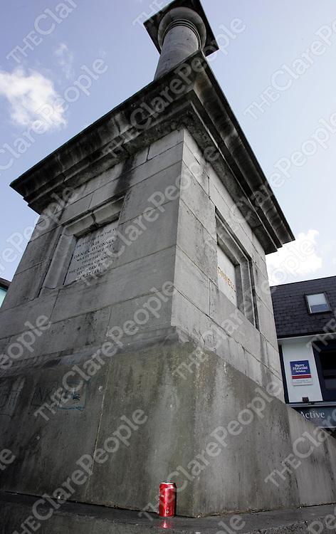 290805<br />Rubbish at the monument in Ennis town centre.Pic Arthur Ellis/Press 22.