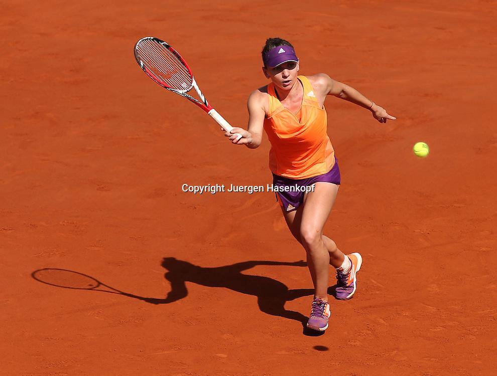 French Open 2014, Roland Garros,Paris,ITF Grand Slam Tennis Tournament,Damen Endspiel,<br /> Simona Halep (ROU),Aktion,Einzelbild,<br /> Ganzkoerper,Querformat,von oben