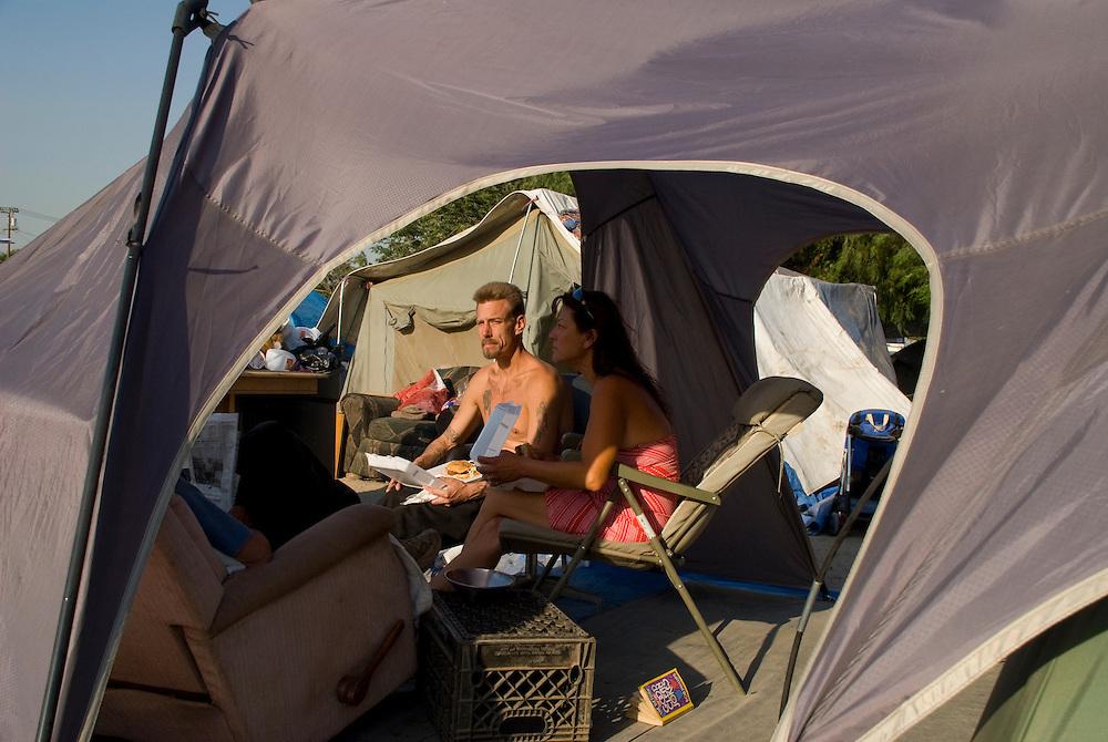Camp Hope, eine Zeltstadt fuer Obdachlose in Ontario, Kalifornien.Yolanda Truglias (rechts) und ihr Freund  DavidMcIlmoil ..Fotos © Stefan Falke..Camp Hope, a  tent city for the homeless in Ontario, California.Yolanda Truglias (right) and her boyfriend   DavidMcIlmoil