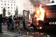 ROMA. BLACK BLOCK ASSALTANO E BRUCIANO UNA CAMIONETTA DEI CARABINIERI IN PIAZZA SAN GIOVANNI;