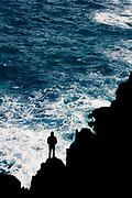 Mann vor aufgewühltem Meer auf Felsen stehend, Madeira, Portugal