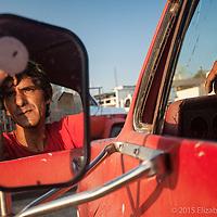 José Meza trabaja para los permisionarios transportando calamar toda la madrugada del puerto a las empacadoras. Durante el día se dedica a la sastrería.
