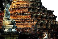 NLD-20040123-SUKHOTHAI: Koningin Beatrix en prins Willem-Alexander wandelen vrijdagmiddag door Sukhothai Historical Park. De stad Sukhothai, ongeveer vier uur rijden ten noorden van Bangkok, was 700 jaar geleden de hoofdstad van Thailand. In 1991 verklaarde UNESCO Sukhothai en de omgeving tot World Cultural Heritage. ANP FOTO/ROBIN UTRECHT