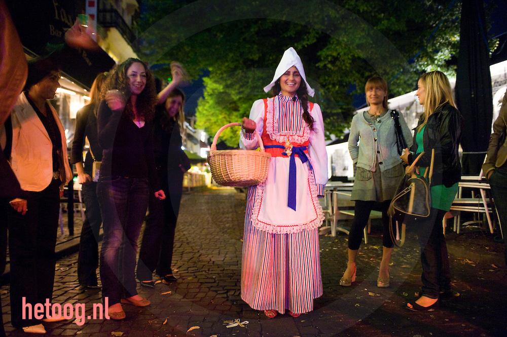 marokaanse dame in klederdracht tijdens een vrijgezellenfeest in de enschedese binnenstad.