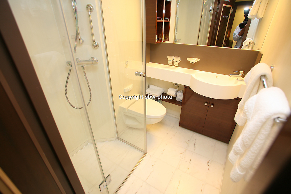 Oasis of the seas launch sbw photo archive - Picture of bathroom ...